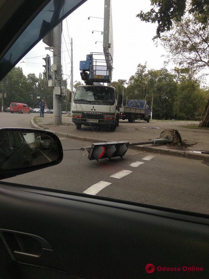 В Одессе автовышка снесла светофор