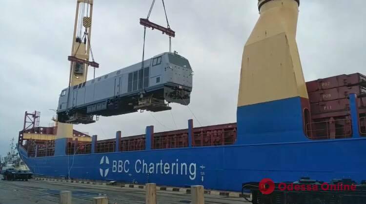 В порт Черноморска из США доставили первый локомотив General Electric