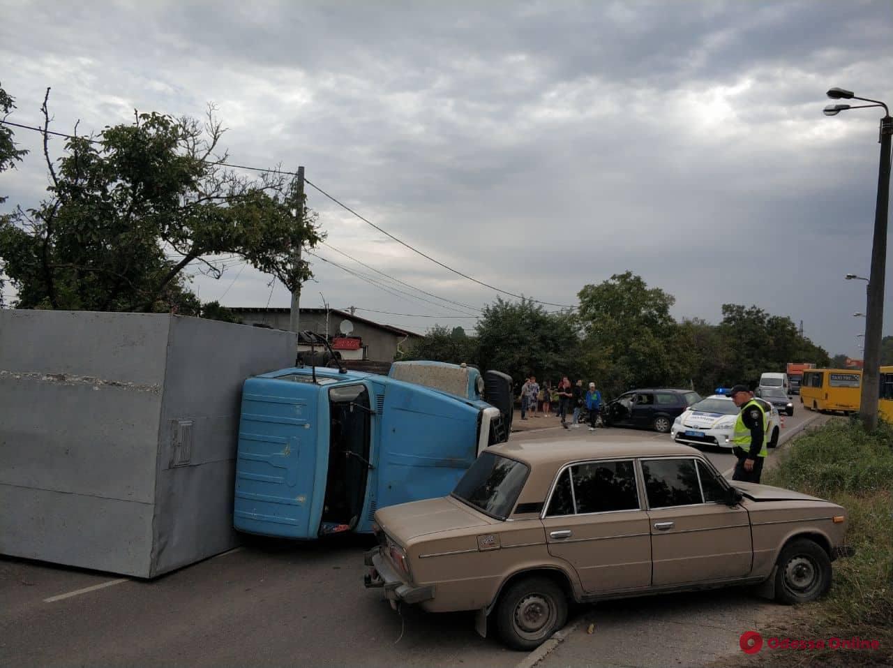 Заблокировал дорогу: на Ленпоселке перевернулся грузовик