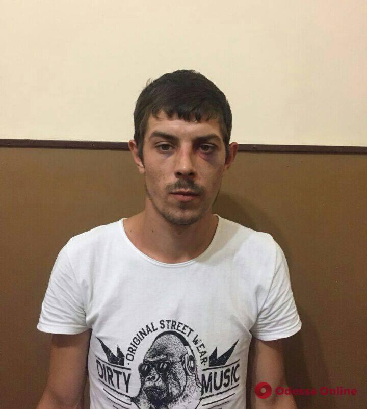 Ради телефона и украшений: иностранец жестоко избил человека в Одессе