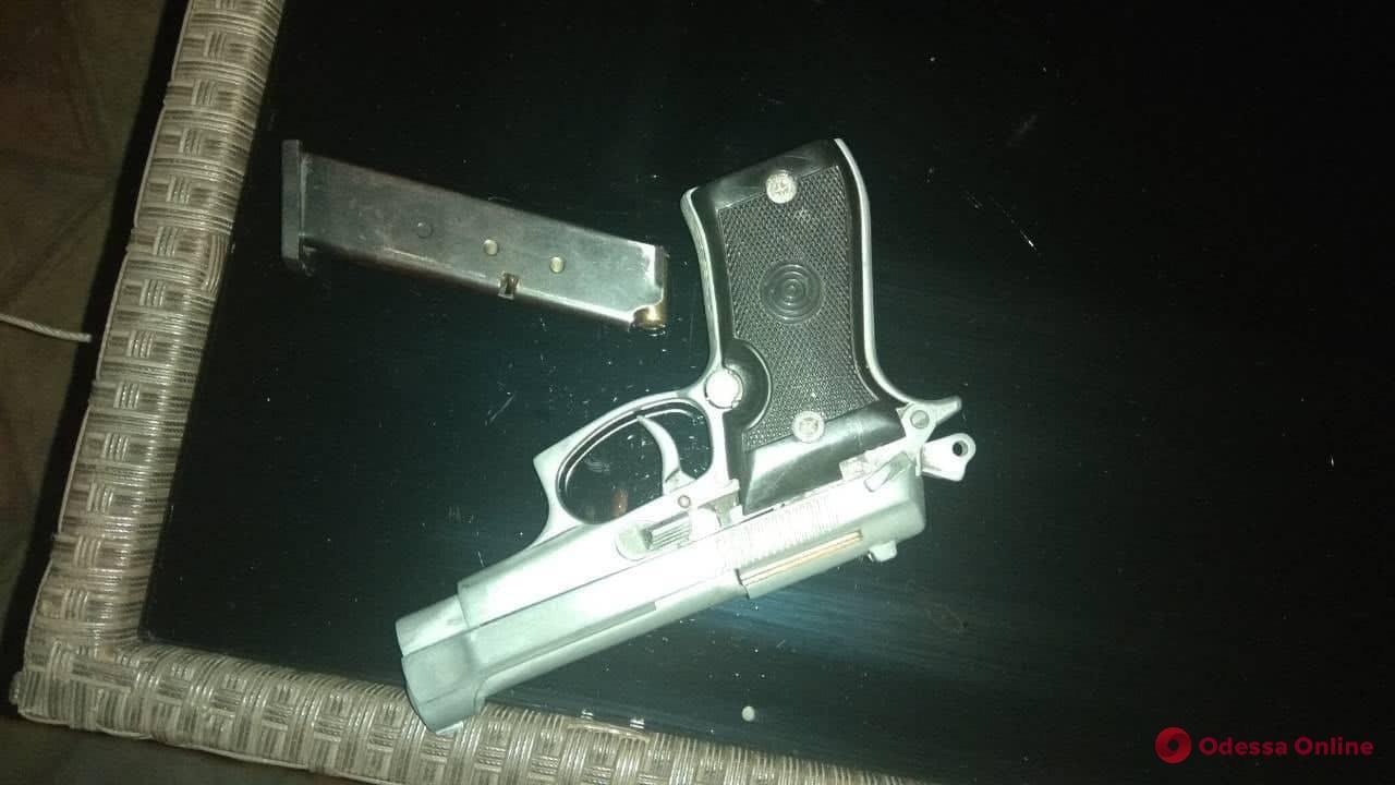 Угрожал пистолетом: в Одессе задержали хулигана