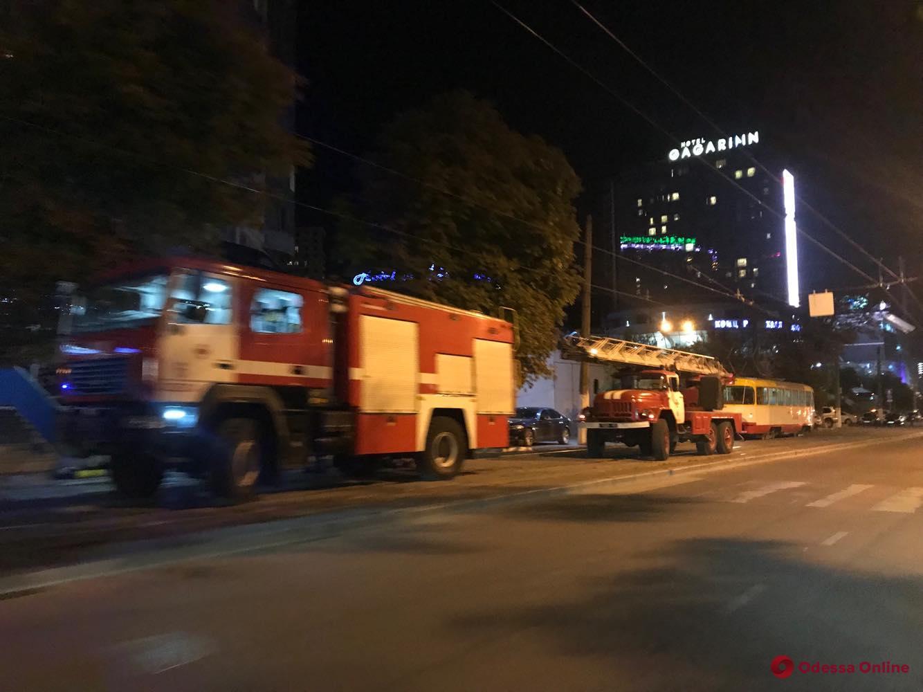 Переполох в Аркадии: к высотке примчались четыре пожарных машины