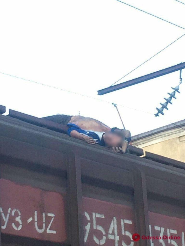 В Одессе на крыше грузового вагона нашли труп молодого парня