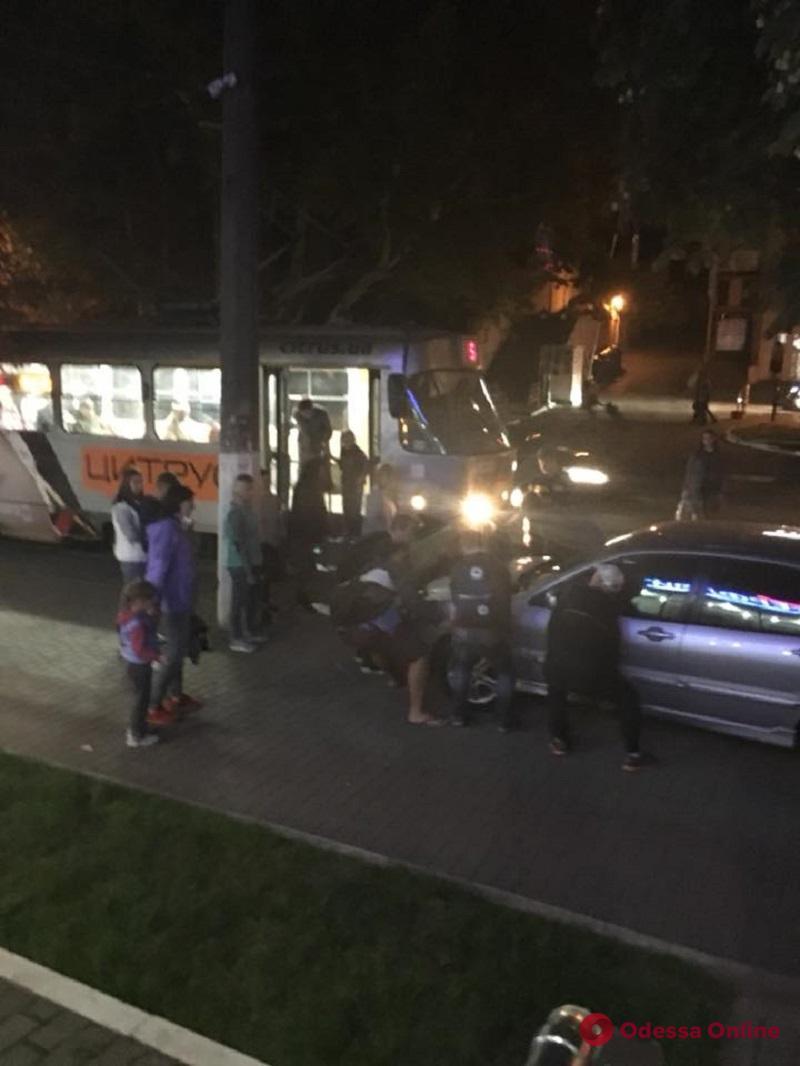 Одесса: пассажиры трамвая собственноручно справились с «героем парковки» (фотофакт)