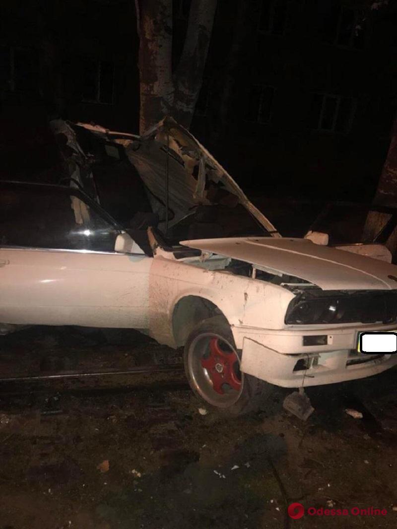 В Одессе водитель авто на большой скорости врезался в дерево (фото)