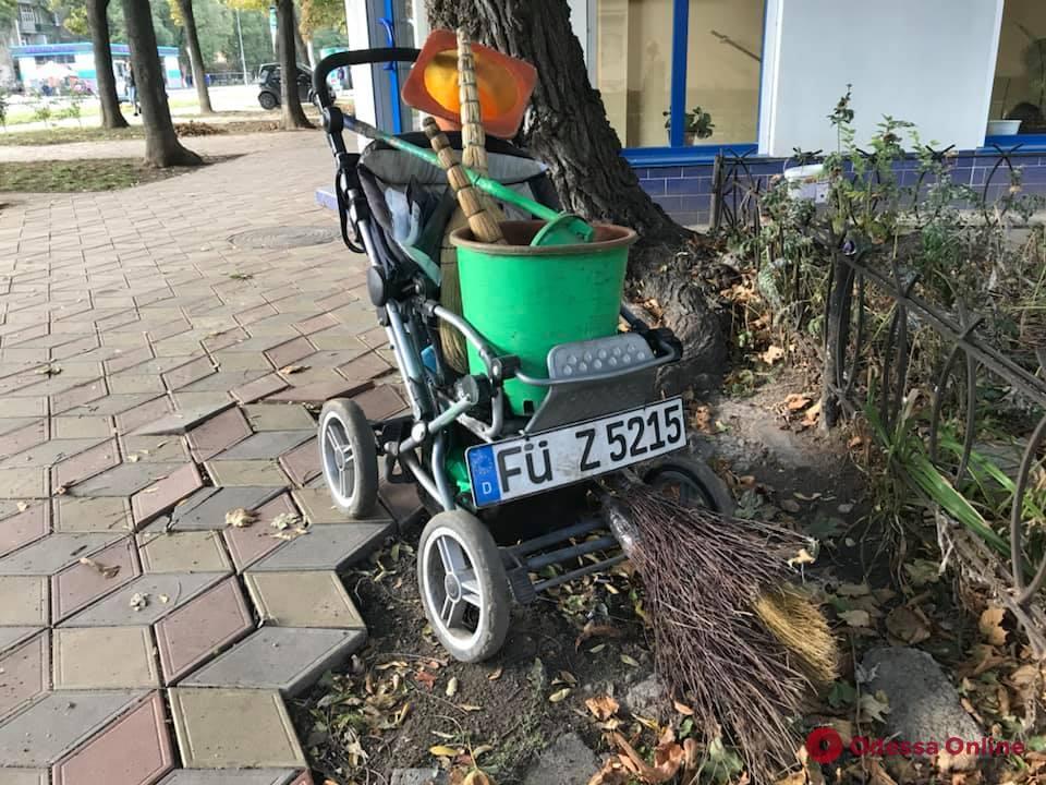 В тренде: одесский дворник сконструировал коляску на «евробляхах» (фотофакт)