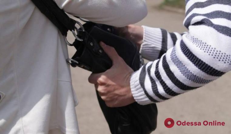 Вырвал сумку с деньгами: одесского грабителя поместили в СИЗО