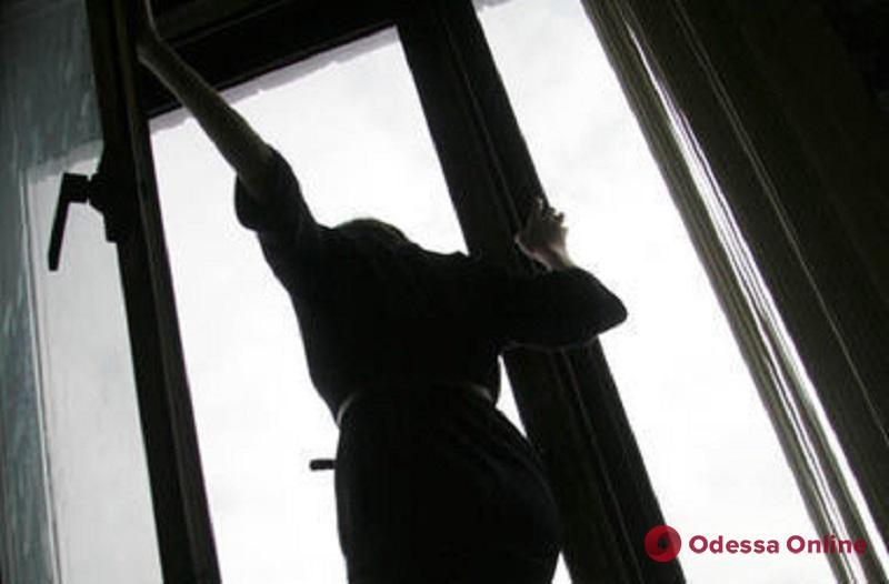В Черноморске девушка выпала из окна пятиэтажки и осталась жива