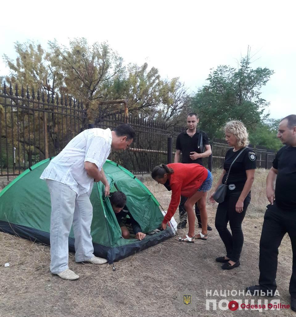 На одесском пляже женщина жила в палатке с тремя детьми