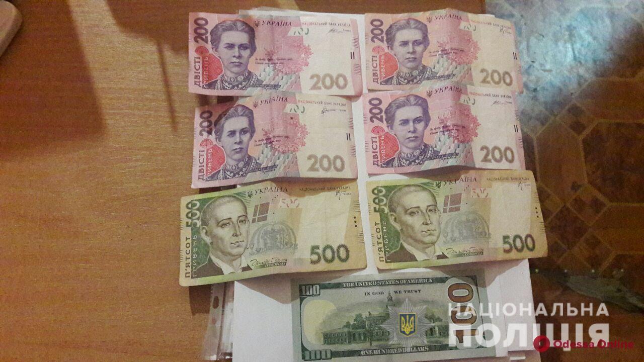 Брызнули баллончиком и ударили ножом: в Одессе две девушки ограбили иностранца