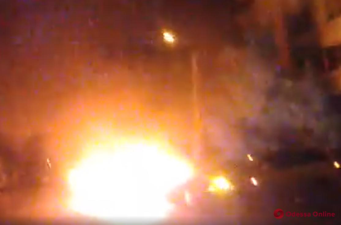В Одессе на поселке Котовского сгорел автомобиль (видео)