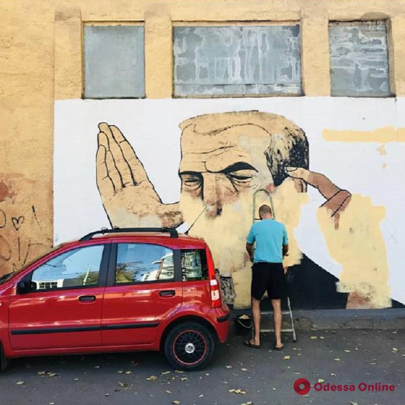 Из Харькова в Одессу: на Успенской закрасили мурал известного стрит-арт мастера