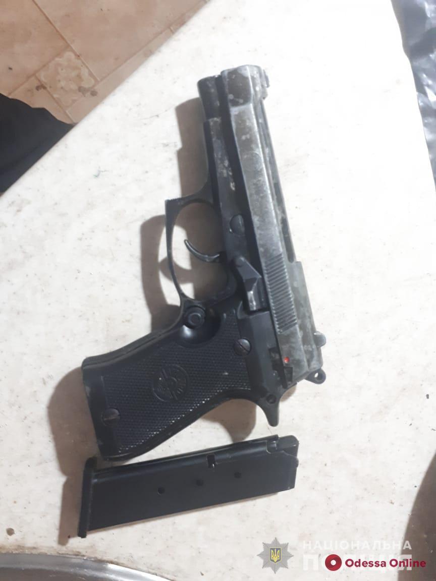 Хранил пистолет и патроны: одесситка заявила на сына в полицию