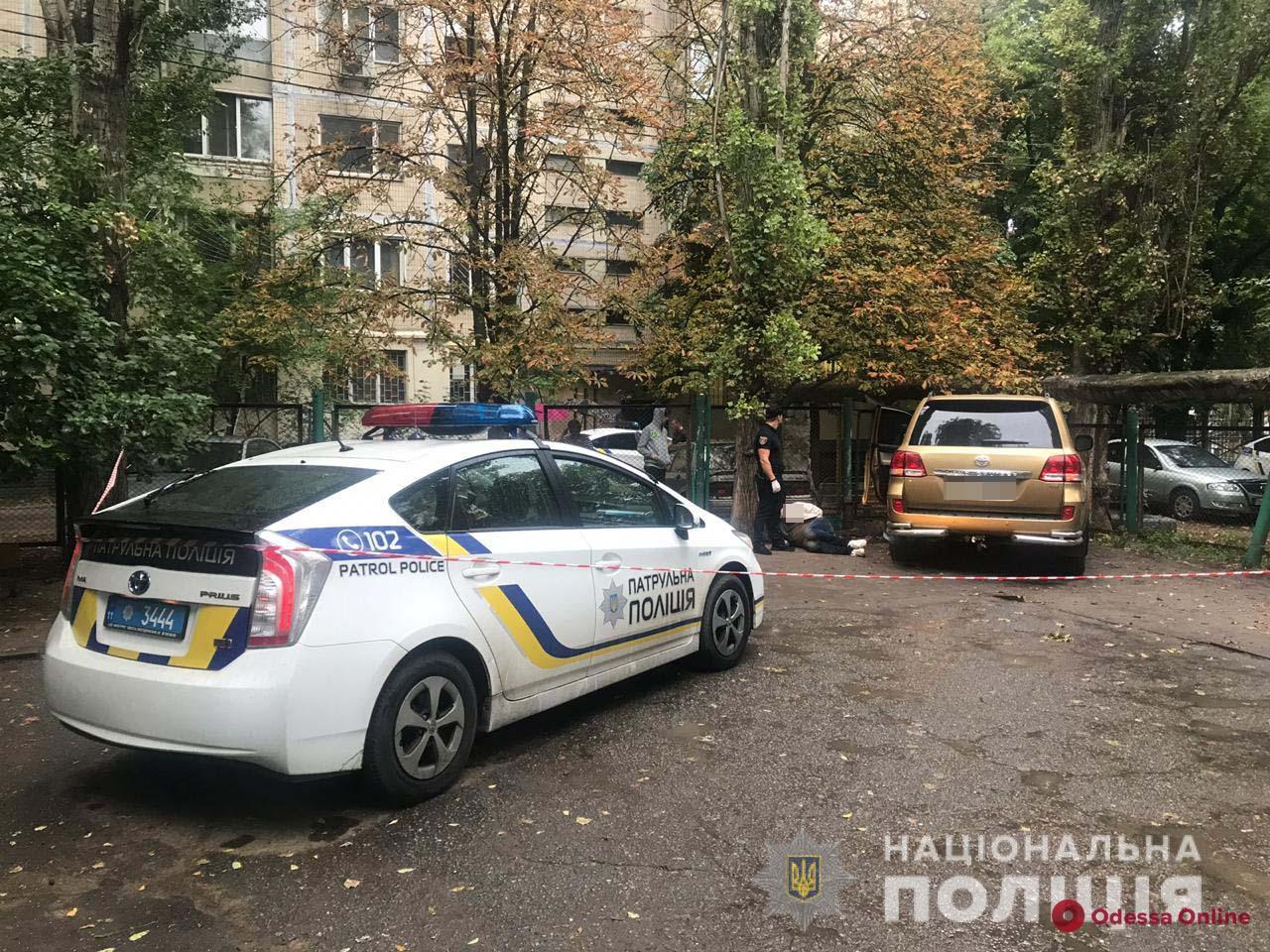 В Одессе автохам избил клюшкой охранника и въехал в забор детсада (видео)