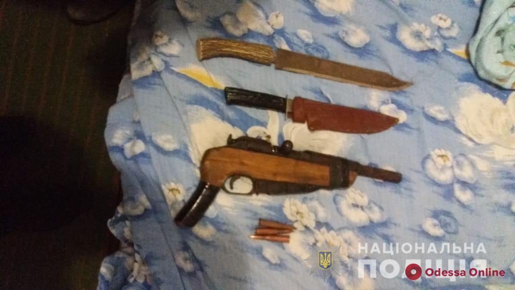 Пожилой житель Одесской области хранил дома обрез, револьвер и ножи (фото)