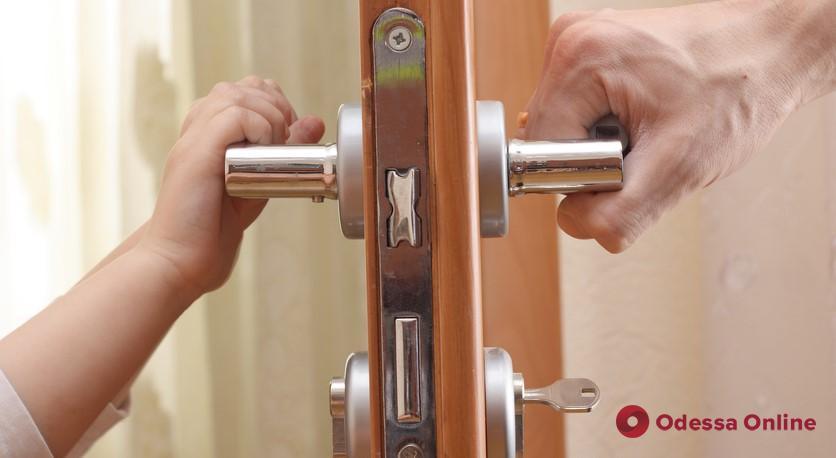 В Одессе полуторагодовалый ребенок закрылся в квартире