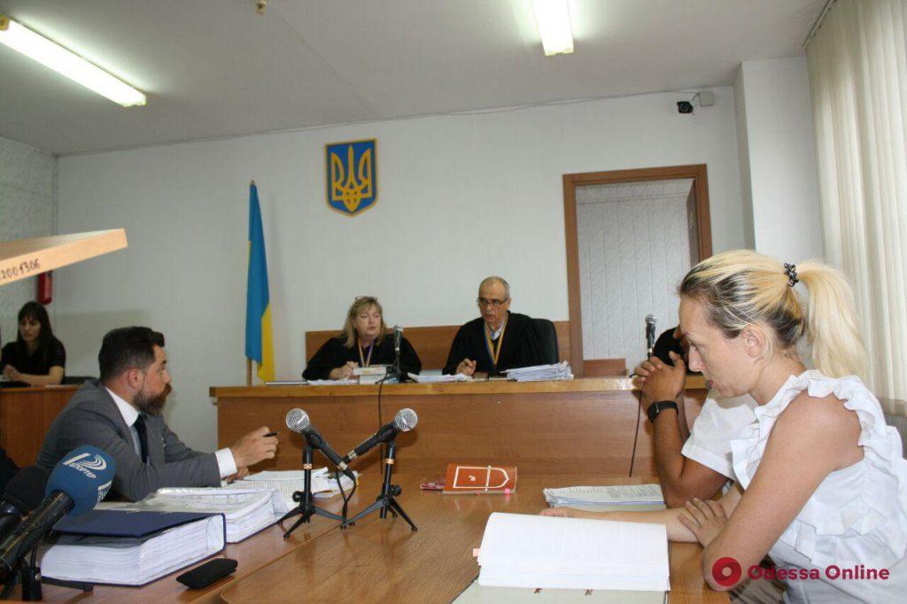 Одесса: защита пойманной на взятке жены экс-ректора консерватории затягивает судебный процесс