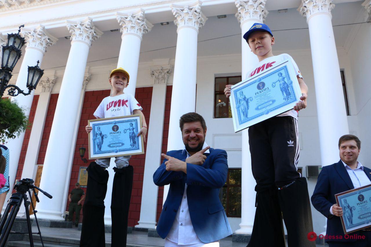 В Одессе юные актеры театра на ходулях попали в Книгу рекордов Украины (фото)