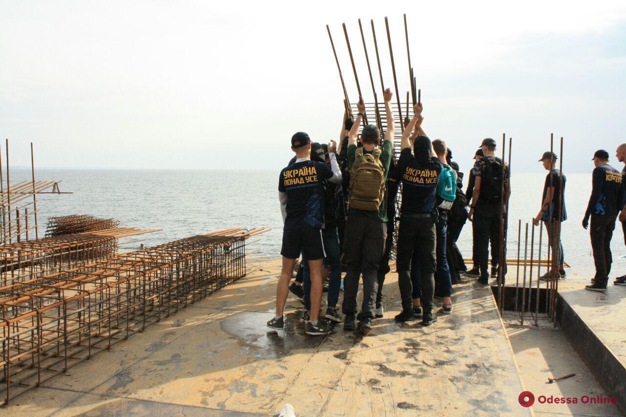 В Одессе на «Ланжероне» активисты сносят строительные конструкции (фото, обновлено)