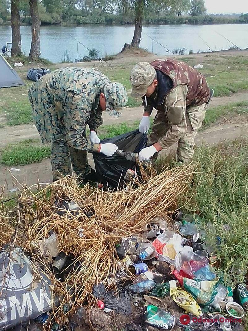 Одесская область: инспекторы рыбоохраны очистили от мусора побережья Днестра и Дуная (фото)