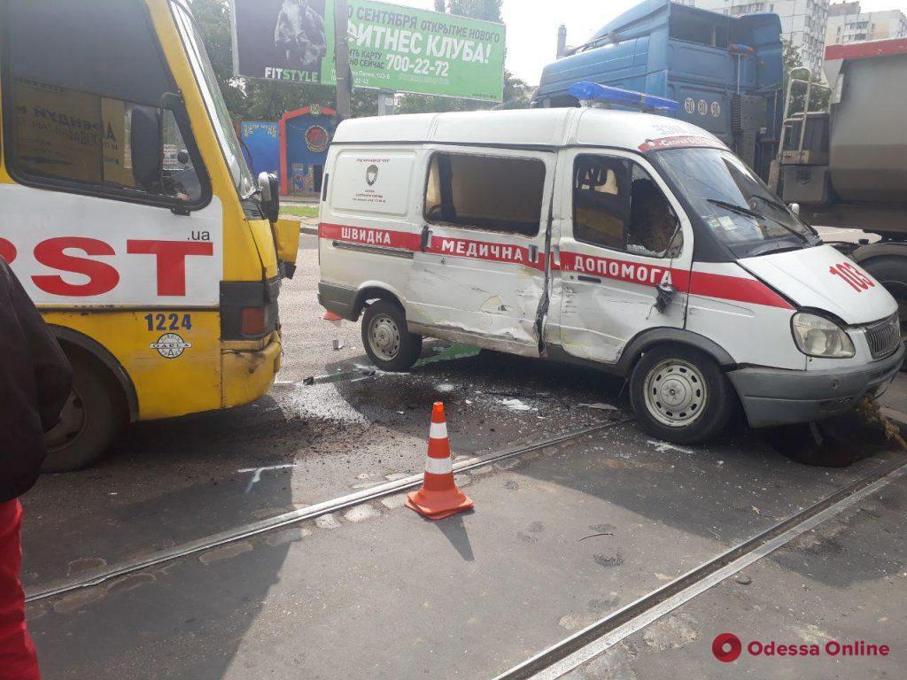 В Одессе на поселке Котовского маршрутка врезалась в машину «скорой» (фото)