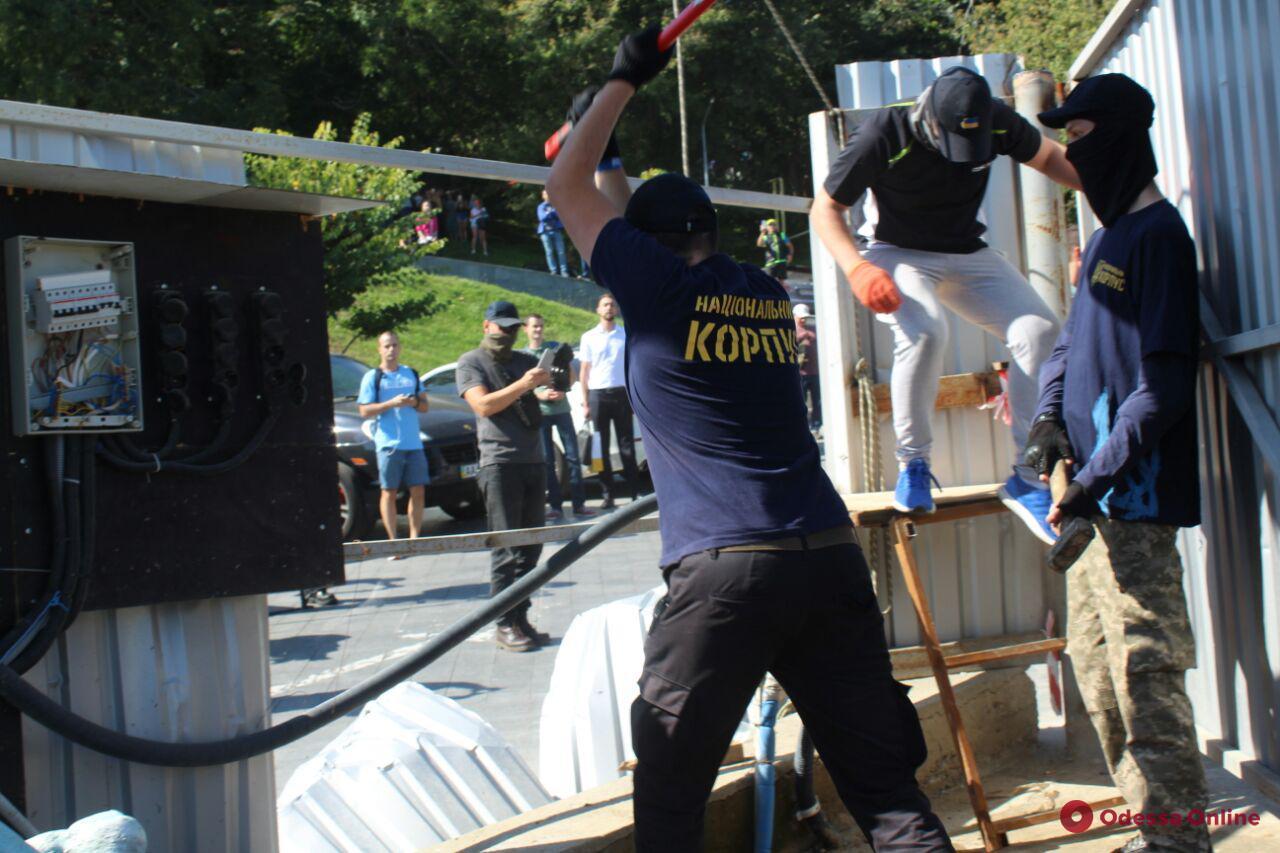 В Одессе кувалдами сносят забор вокруг стройки на «Ланжероне» (фото, обновлено)
