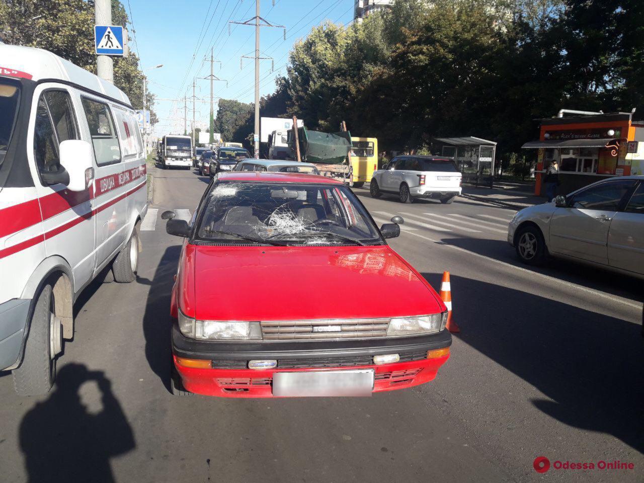 На Таирова автомобиль сбил девушку на пешеходном переходе