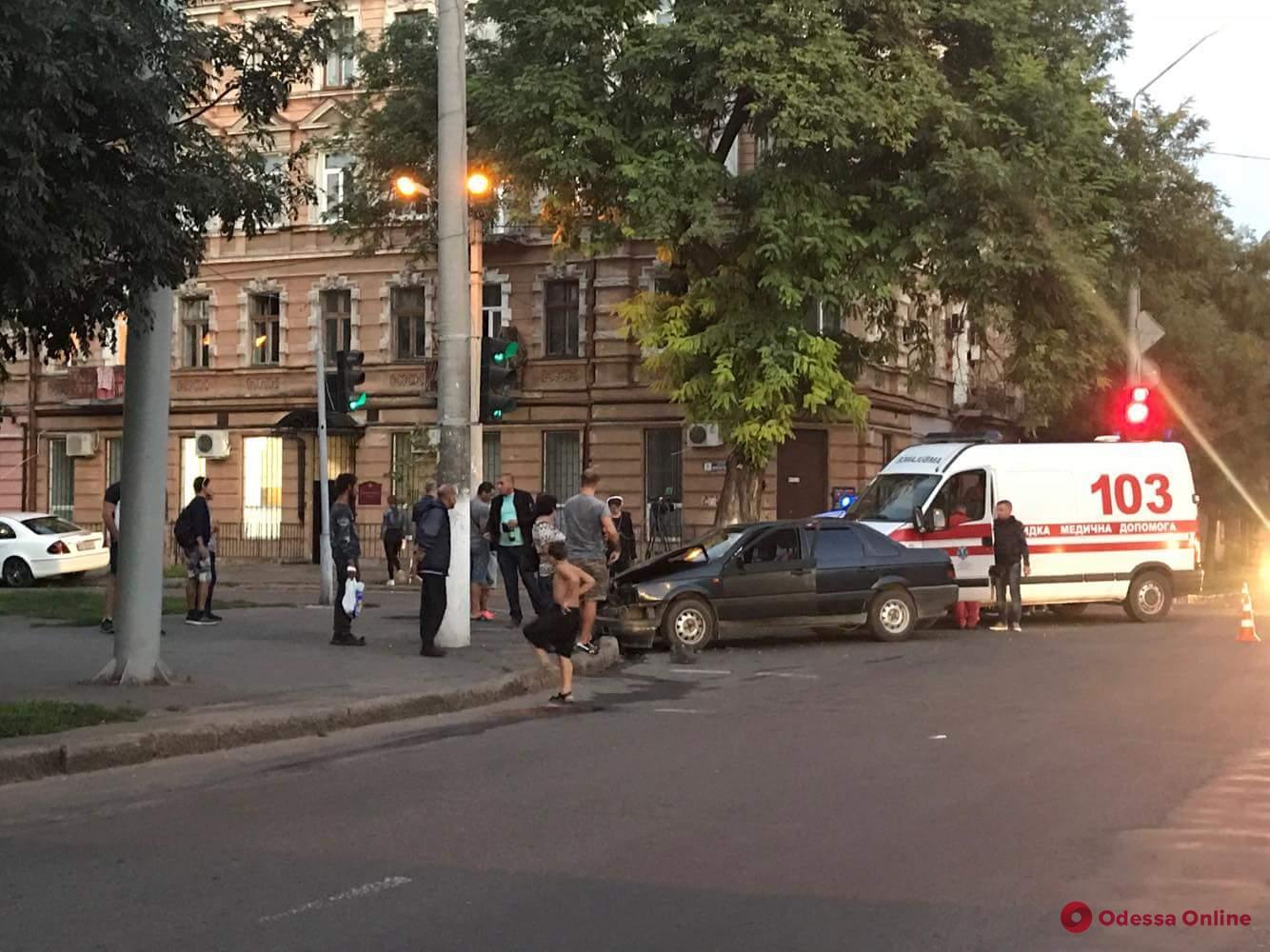 Автомобиль скорой помощи попал в ДТП в Одессе
