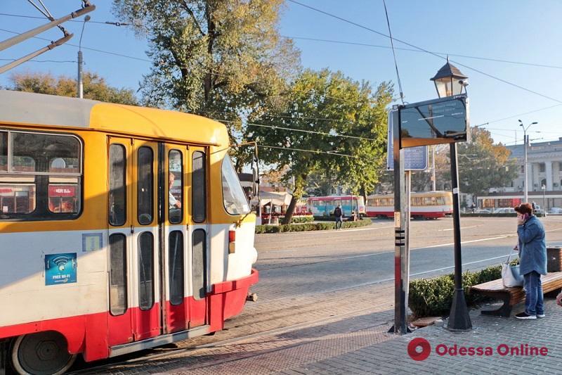 На Старосенной площади монтируют онлайн-табло с расписанием трамваев (фото)