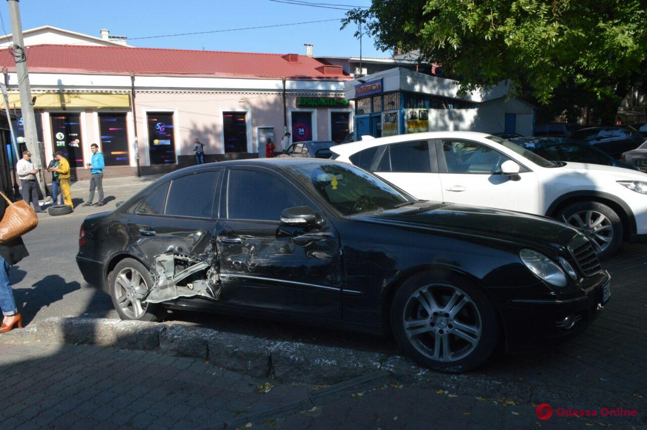 Mazda vs Mercedes: на Канатной произошло ДТП