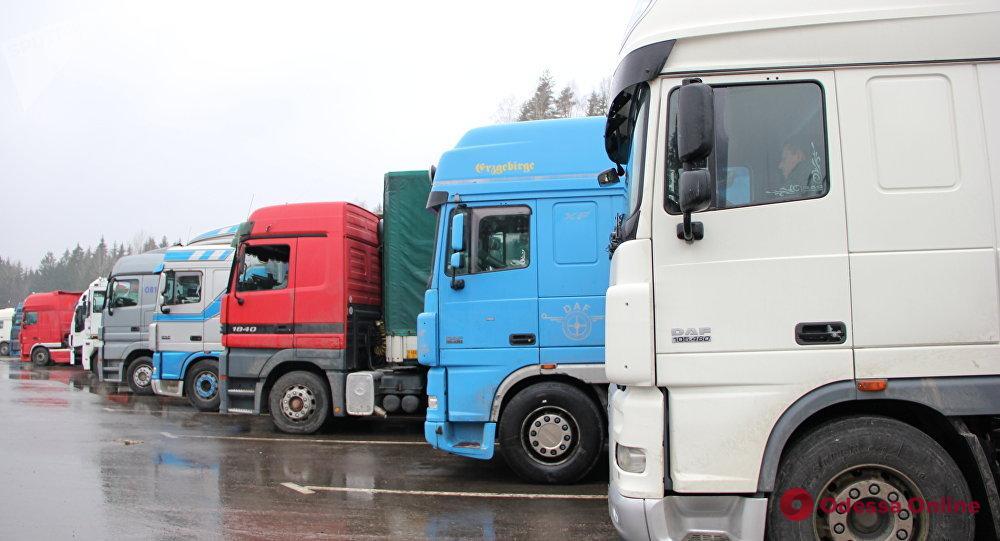 Носятся грузовики: на опасных участках Балтской дороги нанесли разметку