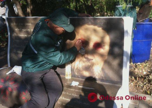 В Одессе вандалы изрисовали арт-скамейки с цитатами Кобзаря