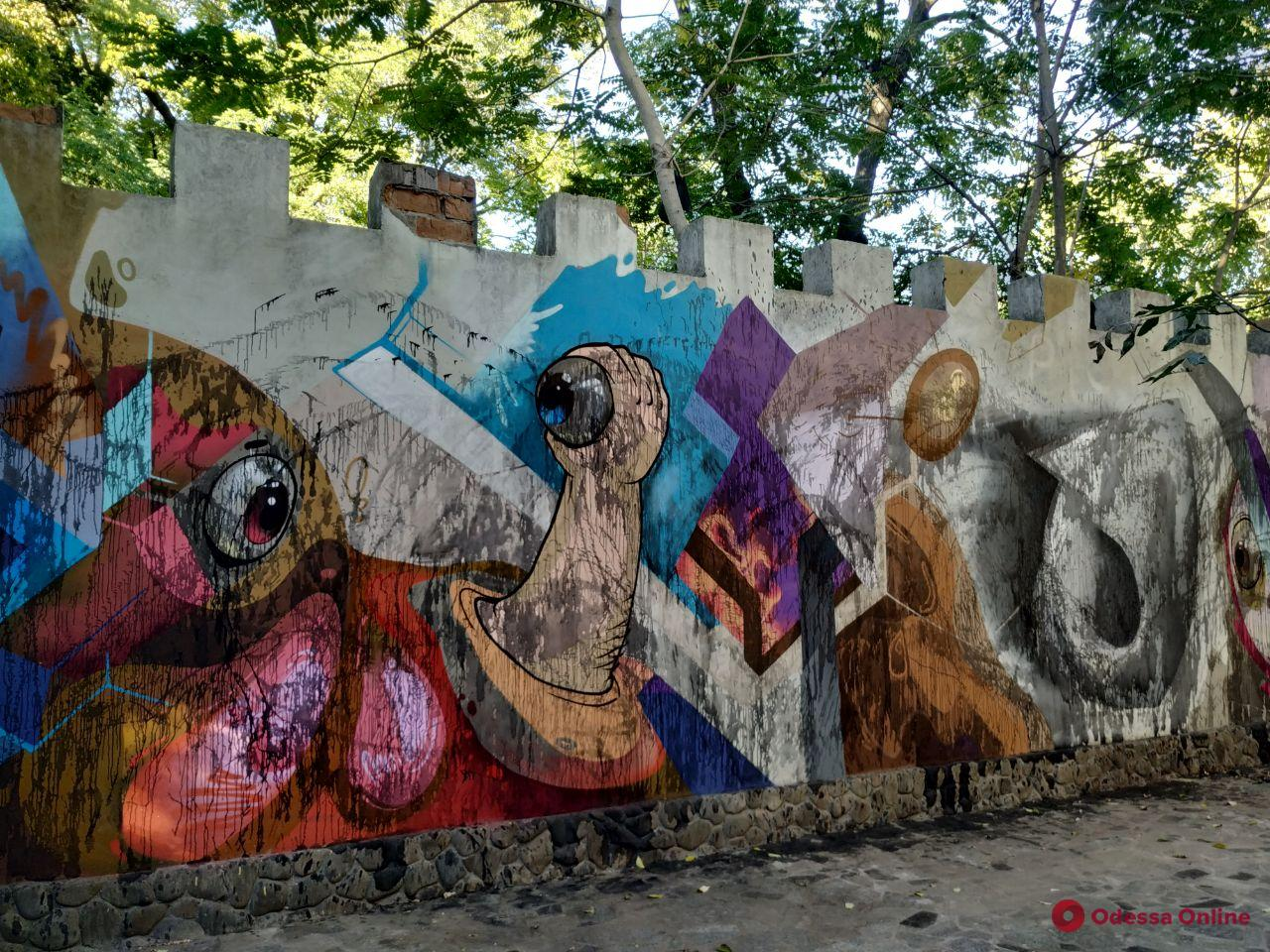 Одесса: вандалы залили краской мурал в Летнем театре