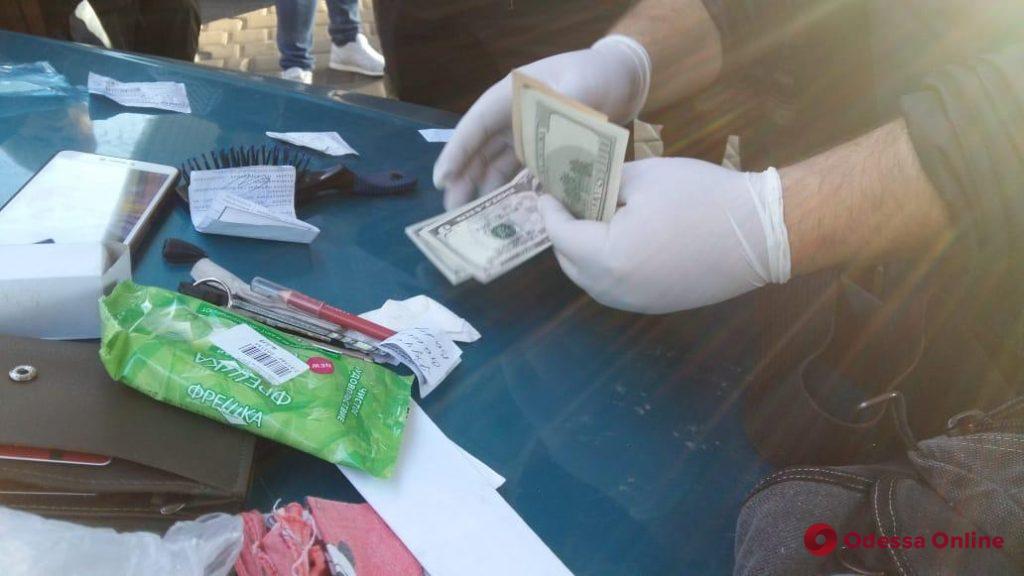 Пограничник и таможенник попались на взятке в Одессе