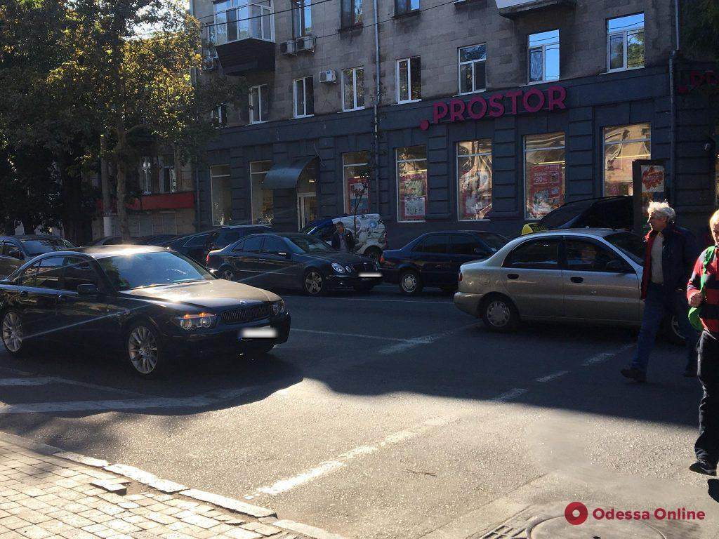 В Одессе Mercedes на «евробляхах» догнал легковушку