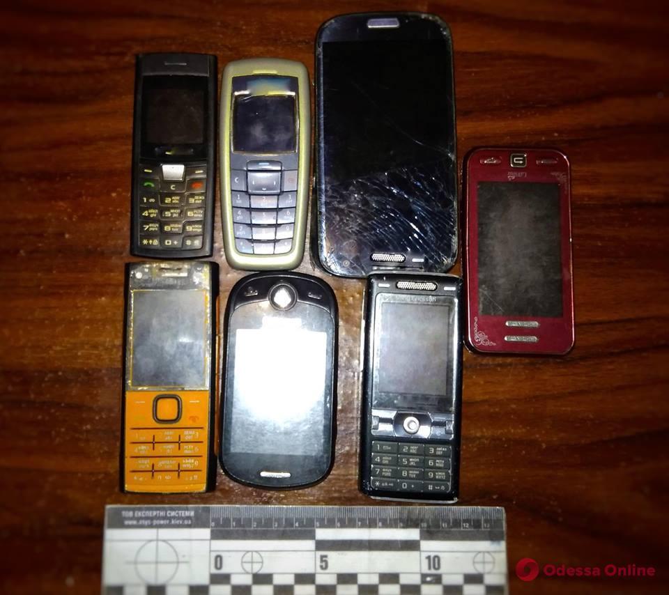 Через забор Измаильского СИЗО перекинули 7 телефонов