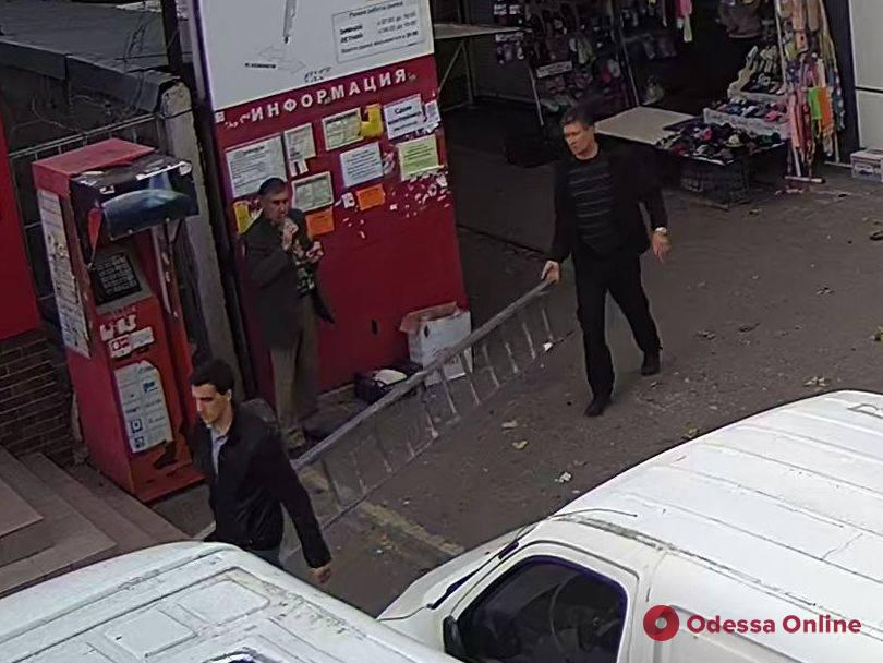 В Одессе мужчины украли городскую камеру видеонаблюдения и попали на запись (видео)