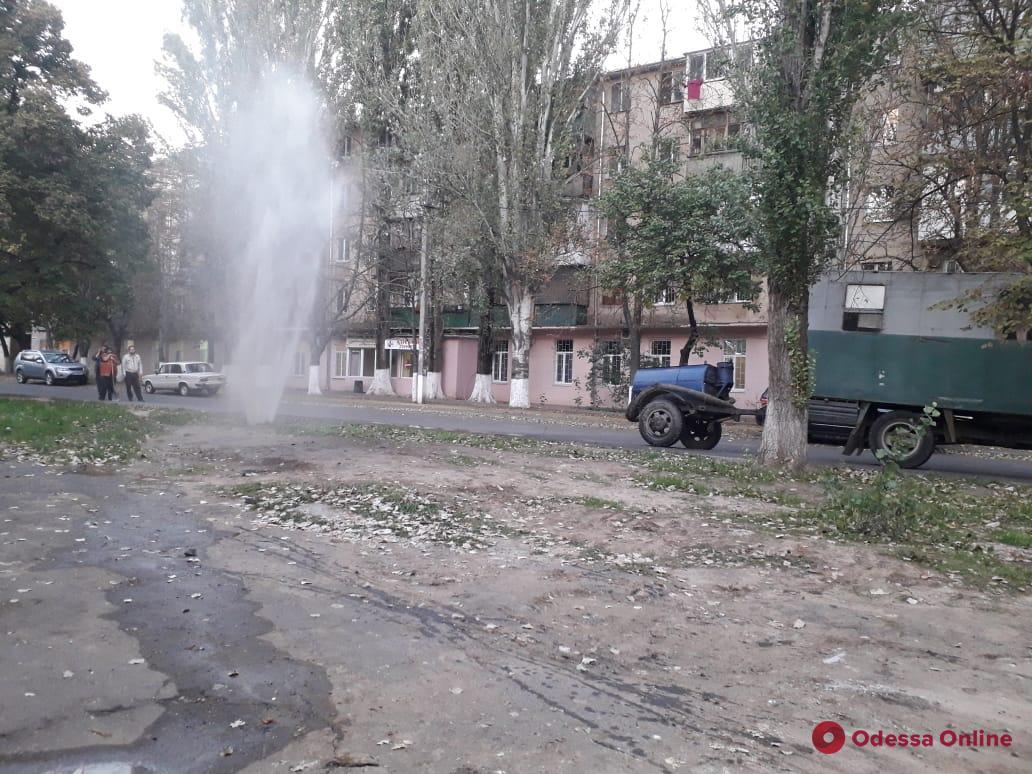 На поселке Котовского из-под земли бьет фонтан