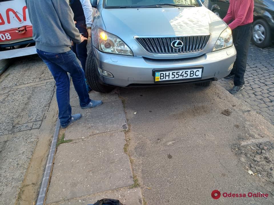 В Одессе на Французском бульваре автохам заблокировал движение трамваев