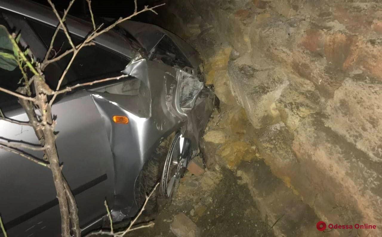 В Одессе автомобиль врезался в забор Слободского кладбища