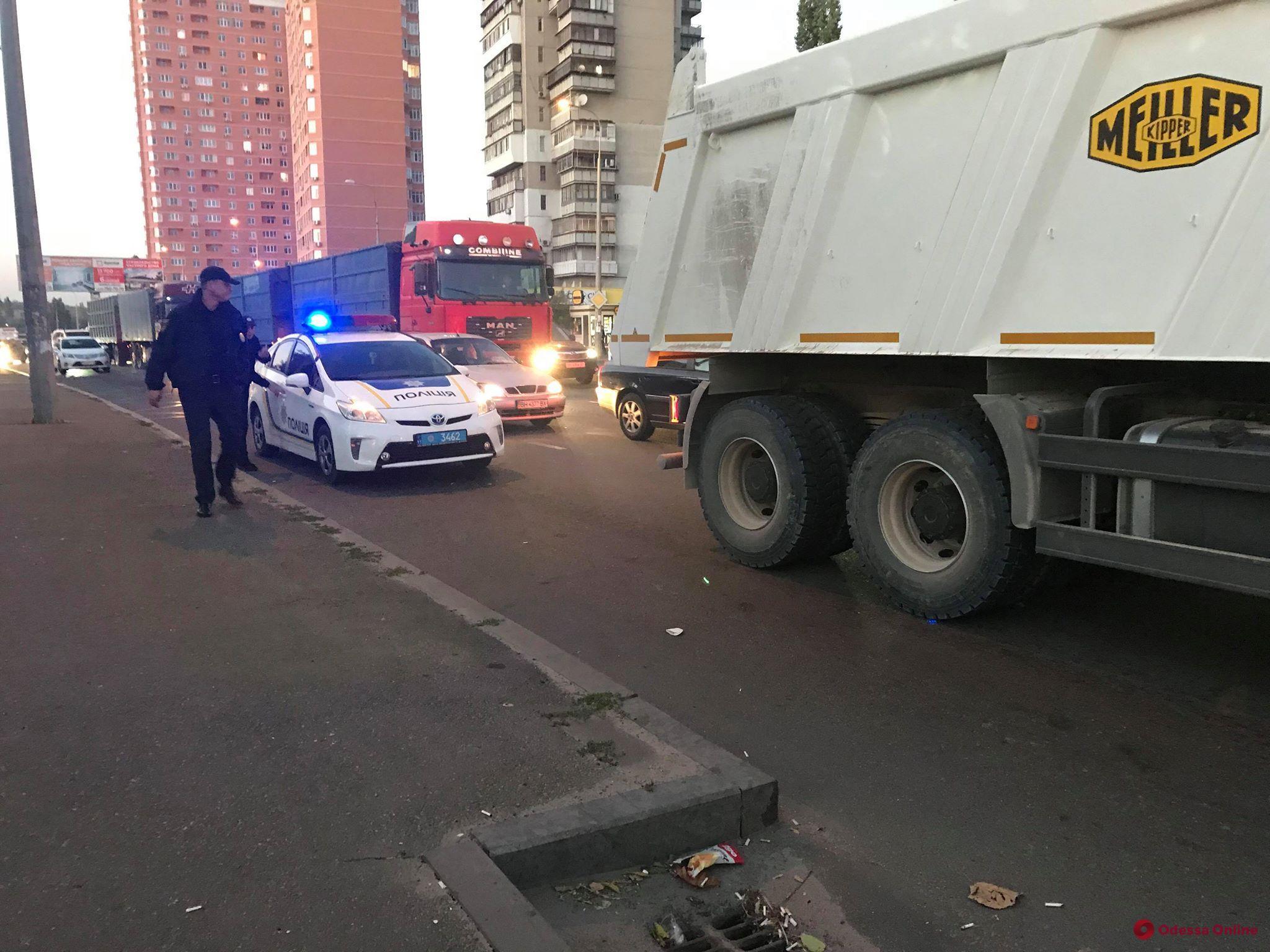 На Балковской грузовик въехал в легковушку