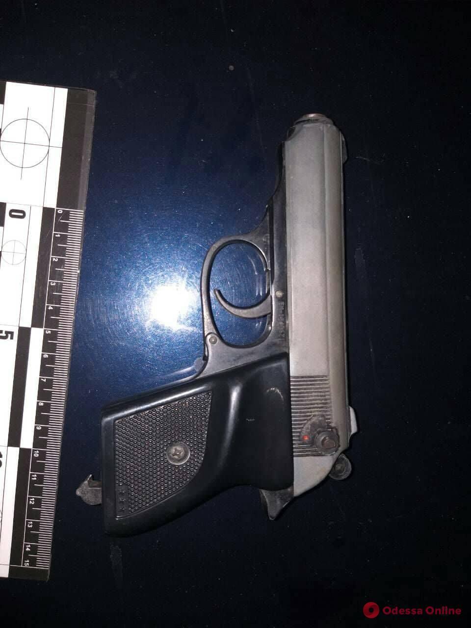 В Одессе задержали подозрительного парня с пистолетом