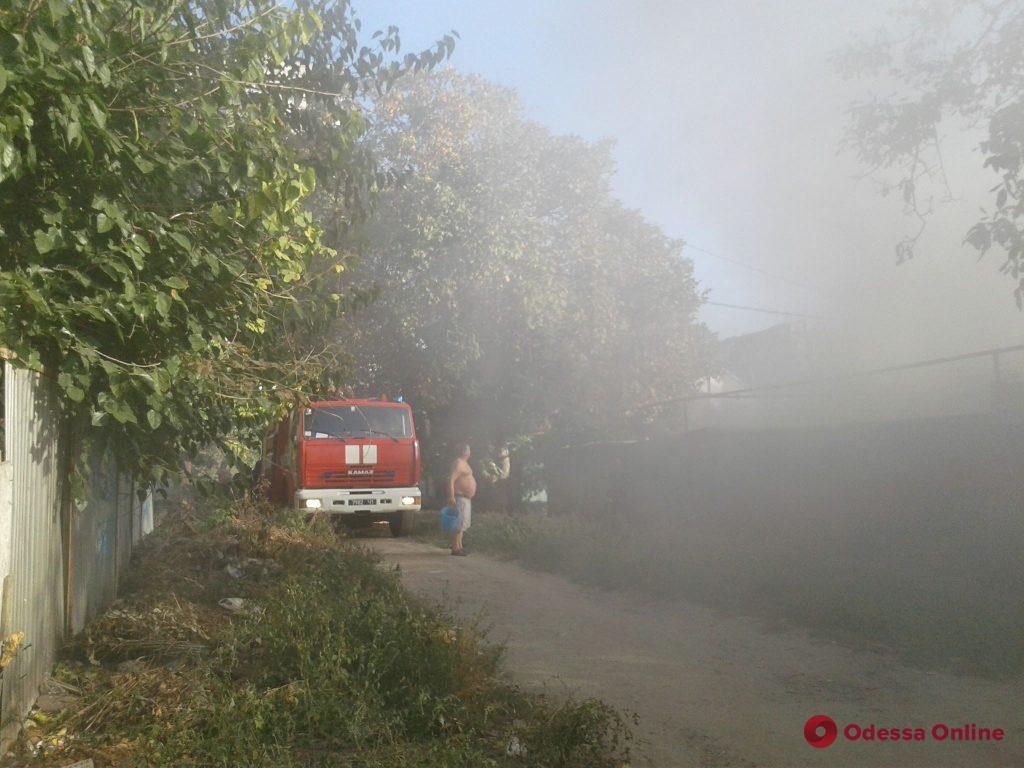 В Одессе на Люстдорфской дороге горит частный дом