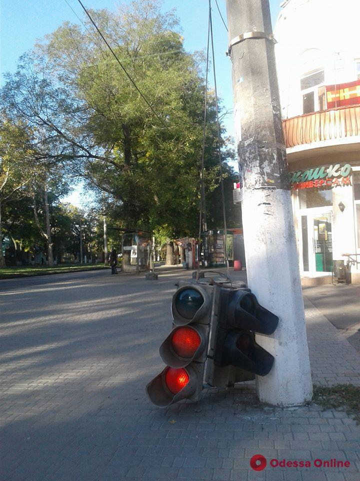 Одесса: на Адмиральском проспекте светофор повис на проводах (фото)