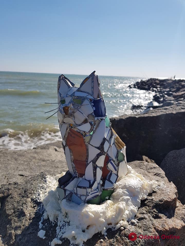 На одесском пляже появилась витражная скульптура кошки (фото)