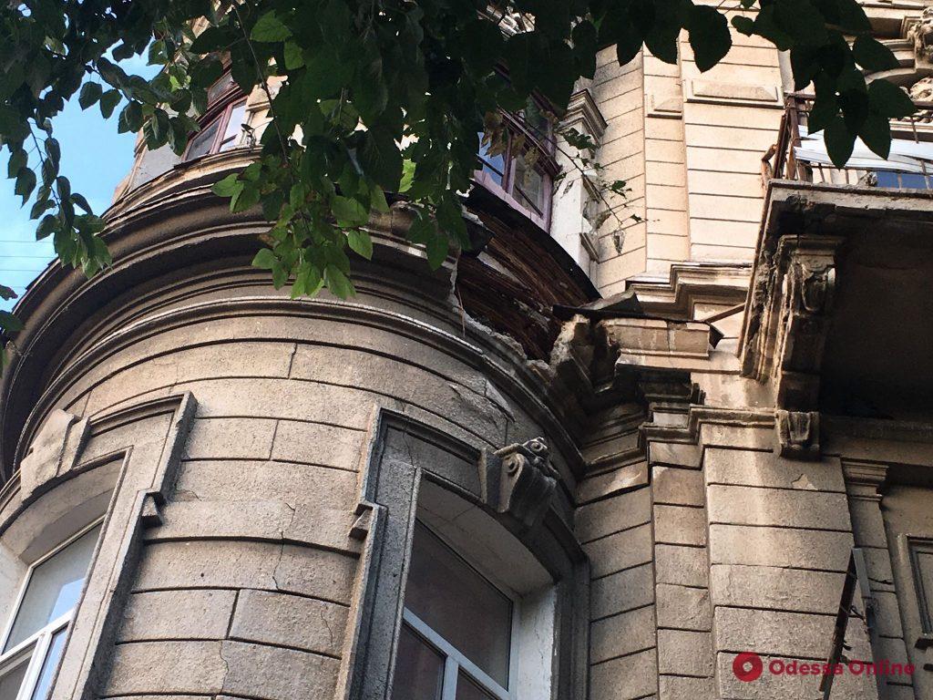 В центре Одессы обвалился фрагмент фасада здания