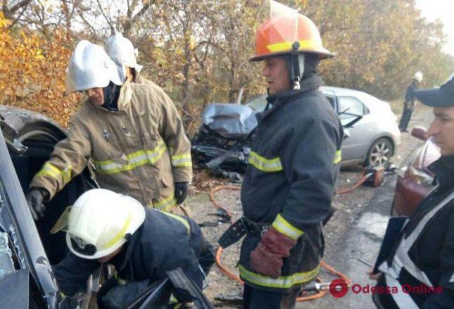 Массовая авария под Одессой: тело погибшего водителя доставали спасатели (фото, обновлено)