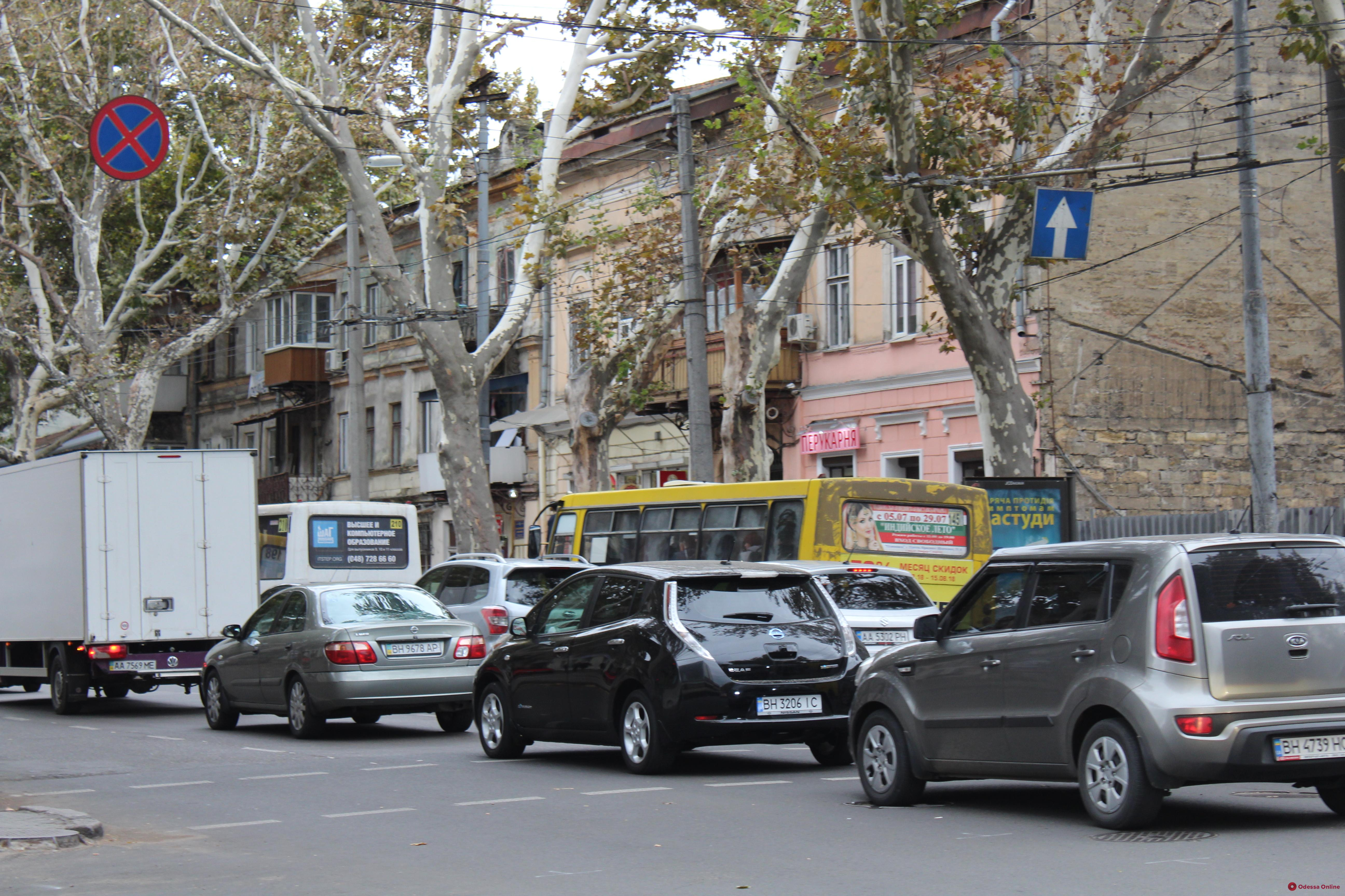 Дорожная обстановка в Одессе: большая пробка на Адмиральском проспекте