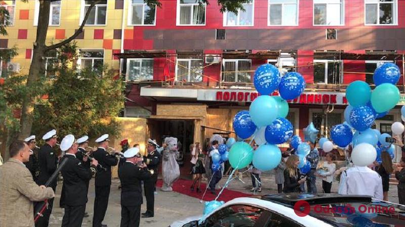 Одесситку с младенцем встречали из роддома под звуки военного оркестра (видео)