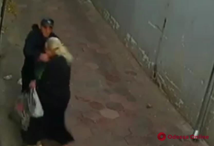 В сети появилось видео ограбления пожилой одесситки